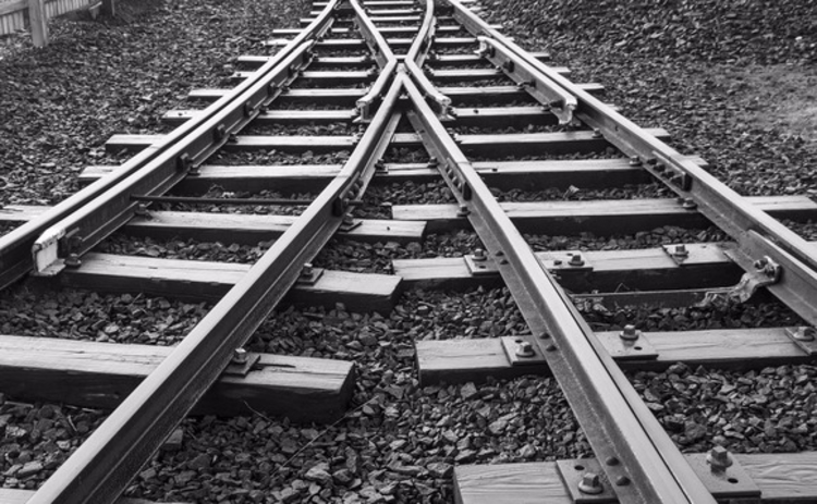 train-tracks-coming-together